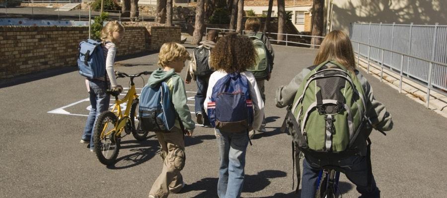 ילדים בדרך לבית הספר