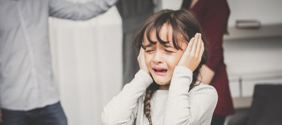 הילדה עצובה כשהוריה רבים