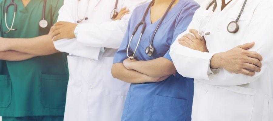 הרופאים בודקים