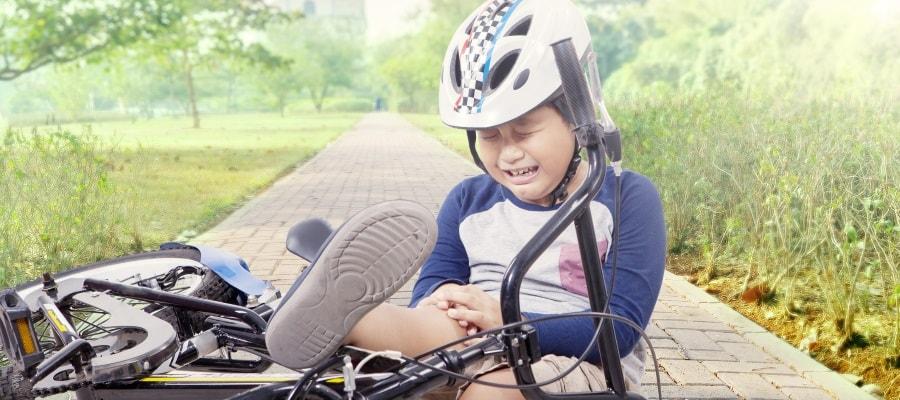 הילד בוכה לאחר נפילה מהאופניים