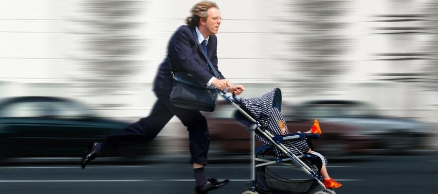 האב ממהר להביא את ילדו לגן כדי להספיק לעבודה