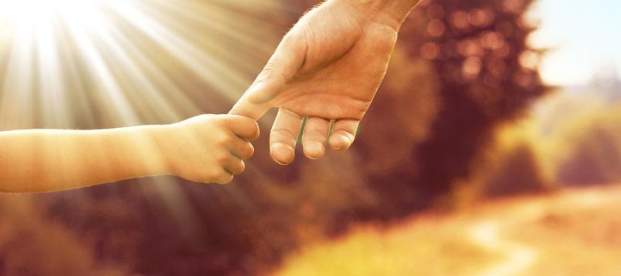 האב והבן מחזיקים ידיים