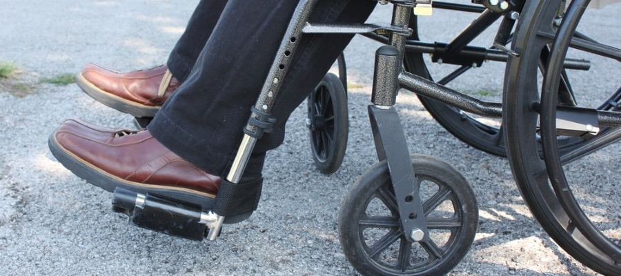 יושב בכסא גלגלים לאחר תאונה