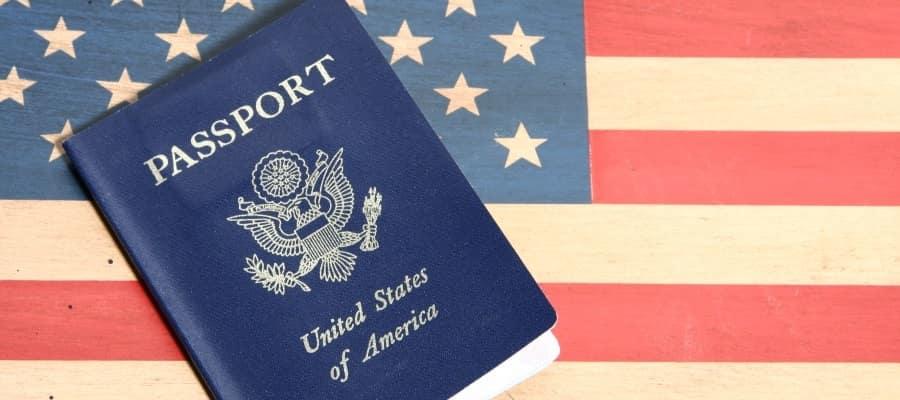 """דרכון אמריקאי על רקע דגל ארה""""ב"""