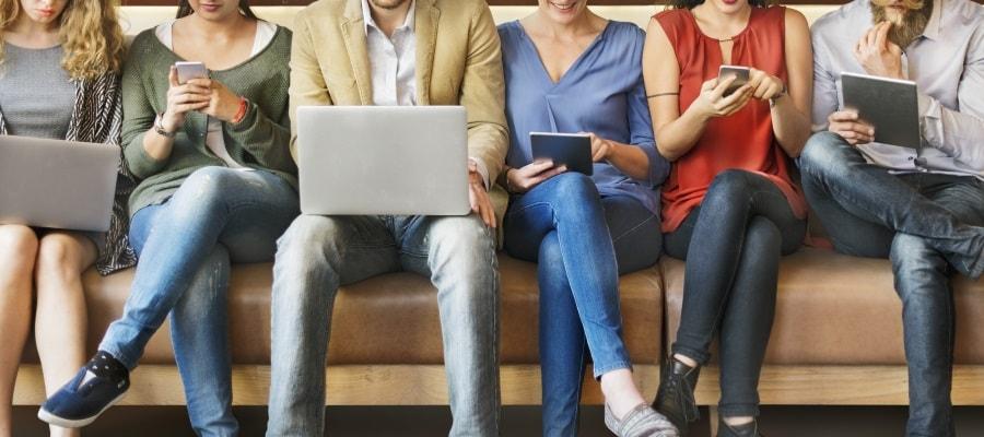 אנשים כותבים ברשתות החברתיות - זהירות מפני הוצאת לשון הרע
