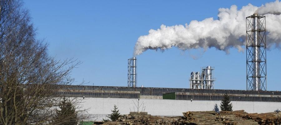 עשן ממפעל עלול להוות סכנה לעובדים בקרבת מקום