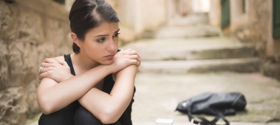 האשה עצובה לאחר הפרידה וקביעת בית הדין