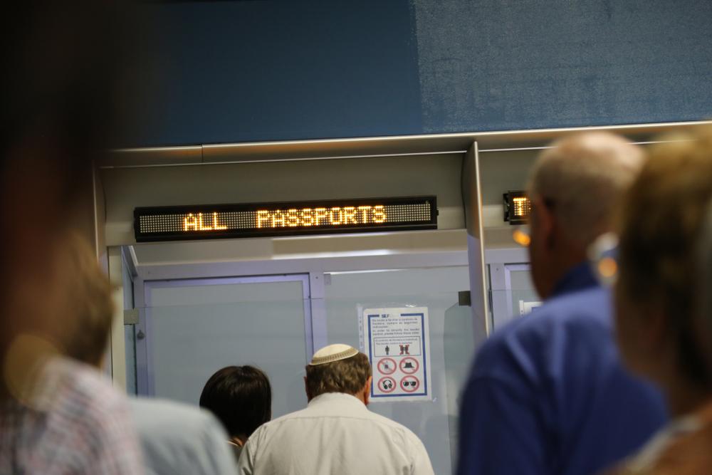 בדיקת דרכונים בשדה התעופה